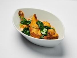 Z připravovaného teplého bufetu – Kukuřičné kuřátko s mladým špenátem a dijonskou omáčkou