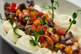 Z připravovaného salátového bufetu – Salát Caponata s medem, bylinkami a šlehaným sýrem Fitaki