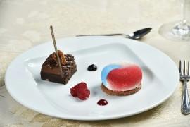 """DEZERT: Brownies s čokoládovým krémem ze 72% čokolády """"Michel Cluizel"""" / Tvarohový dortík plněný malinovým želé na kakaové oplatce"""