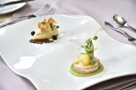PŘEDKRM: Květáková vaječná sedlina s marinovaným květákem ve 20 letém balsamicu a Králičí galantina s pistáciemi a koňakem, zabalená v parmské šunce, jablečná chutney s šafránem