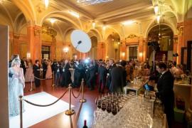 Ve foyer před Smetanovou síní byl již před slavnostním otevřením plesu enormní zájem o focení před fotostěnou