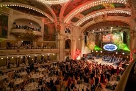 Pohled z balkonu Smetanovy síně na tančící účastníky plesu v době tanečního kola vídeňských valčíků a české polky