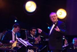 Dirigent Vladimír Valovič riadil Rozhlasový Big Band Gustava Broma v doprovode sláčikovej sekcie SOČR