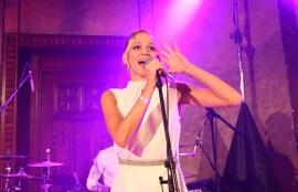 Zpěvačka Emma Drobná vystoupila s kapelou v Grégrovém sálu, ale také v hlavní Smetanově síni s orchestrem