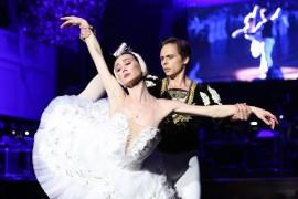 """Druhé baletní vystoupení ikonický duet """"Bílé Adagio"""" – vrchol 2. dějství """"Labutího jezera"""" odtančili první sólisté Baletu SND Olga Chelpanova a Konstantin Korotkov"""