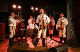 Cimbálová muzika Strýci ze Strání hrála a zpívala v Grégrovém sálu, ve Sladkovského sálu a napokon také ve Vinárně