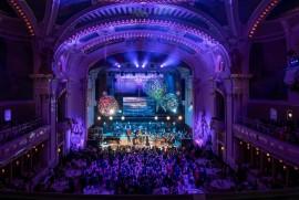 Nádherný záber na roztancovanú hlavnú Smetanovu sieň Obecného domu počas plesového koncertu Richarda Müllera so svojou skupinou